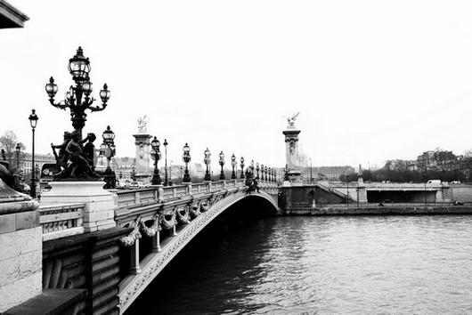 Мост в черно белом цвете