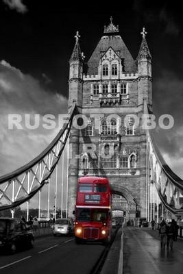 Красный автобус на мосту