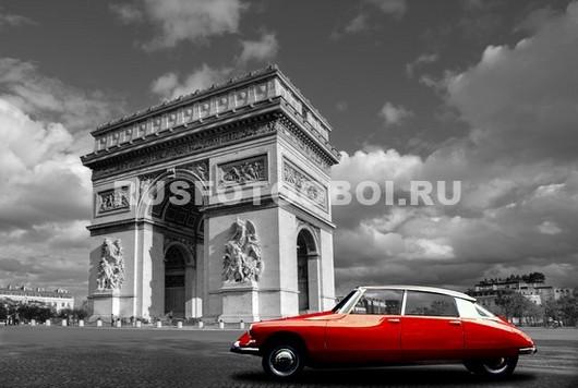 Красная машина на фоне арки