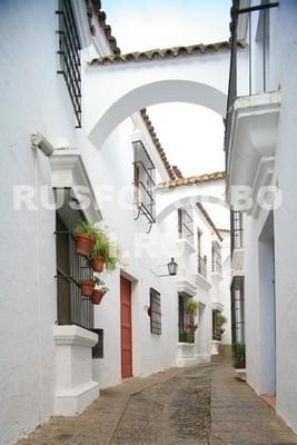 Белая улица с аркой