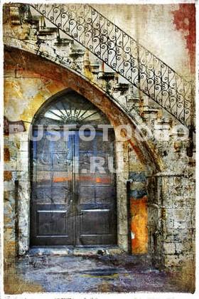 Дверь по лестницей