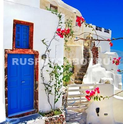 Дворик с синей дверью