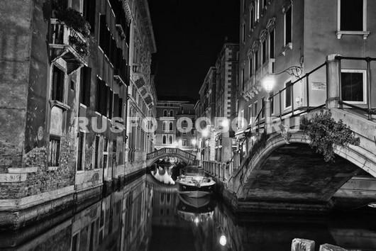 Канал в Венеции ночью