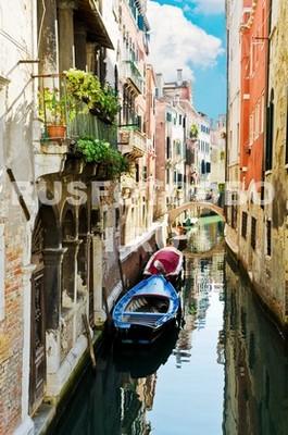 Красочный канал в Венеции
