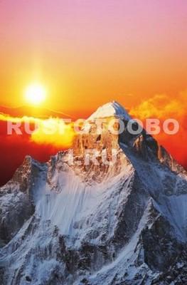 Гора на фоне солнца