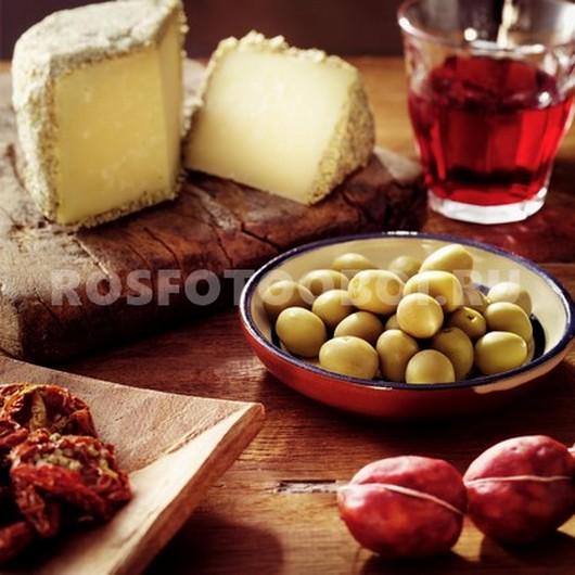 Стол с оливками