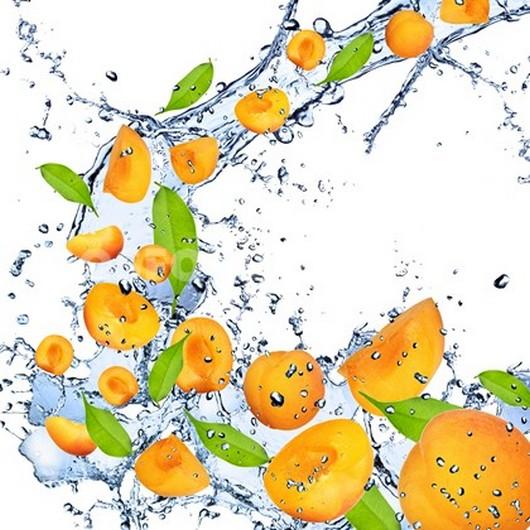 Персики в брызгах воды