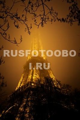 Эйфелева башня в тумане ночью