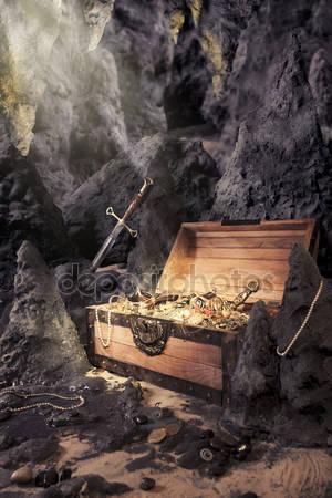 Сундук с яркой позолотой в пещере