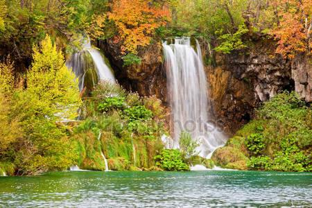 Водопады в осенний пейзаж