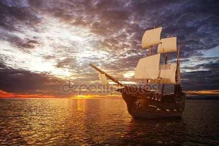 Древний корабль в море