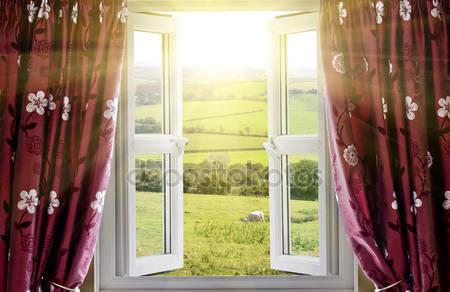 Открытое окно с видом на загородную местность