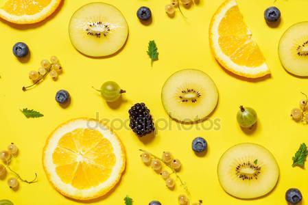 Красочные фрукты и ягоды