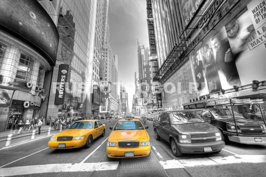 Шумная улица с такси