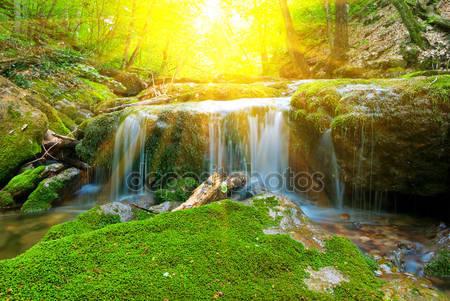 Фотообои Небольшой красивый водопад в лучах солнца