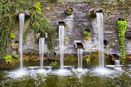 Скалистые стены с небольшими водопадами