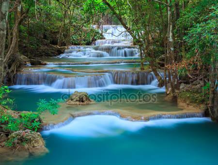Глубокий лесной водопад в канчанабури