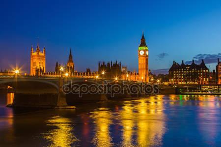 Здание парламента ночью