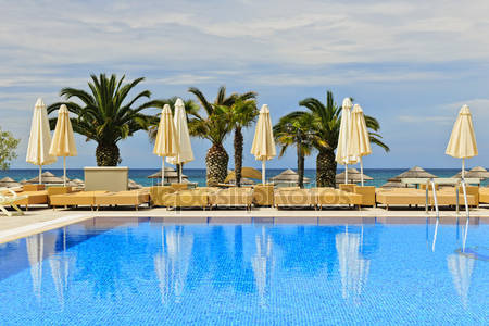 Фотообои Бассейн курортного отеля tropical