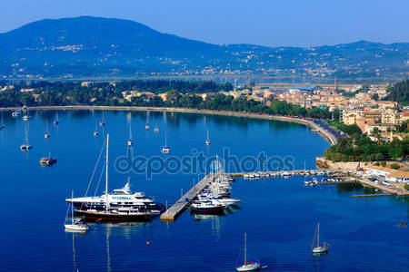 Вид с воздуха от старой крепости на гавань