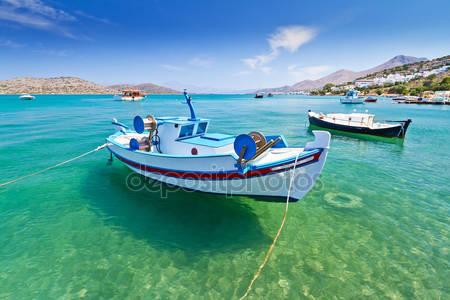 Рыбацкие лодки на побережье крита