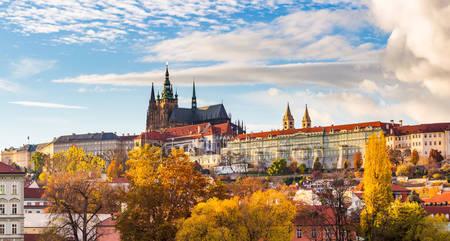 Вид на красочный старый город и пражский град
