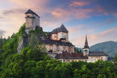 Красивый замок словакии на закате