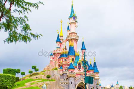 Замечательный волшебный замок принцессы в диснейленде