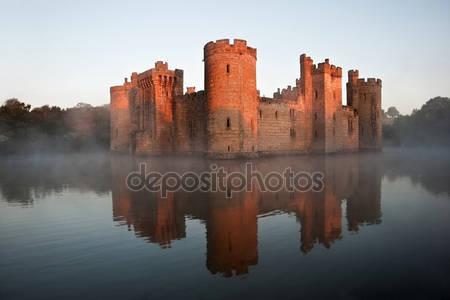 Потрясающие ров и замок в санрайзе