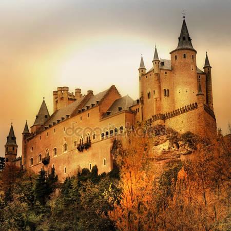 Впечатляющий алькасар замок на закате