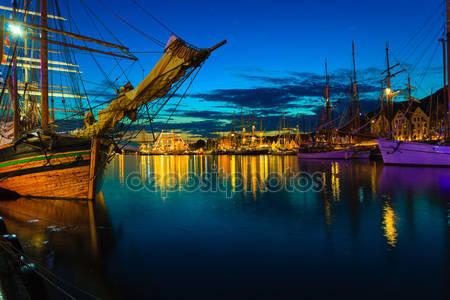 Парусные корабли в гавани