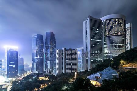 Современные здания города ночью