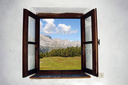 Открытое окно и красивая картинка вне