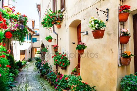 Прекрасные уличные украшения с цветами