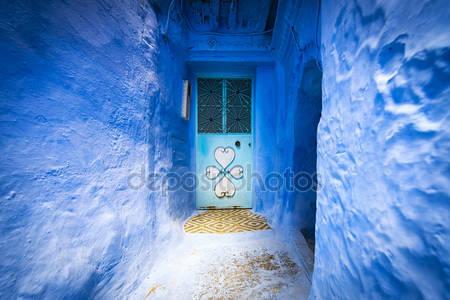 Дверь в городе шефшауэн в марокко