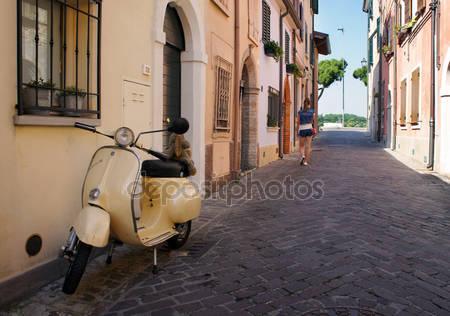 Ретро скутер на стоянке