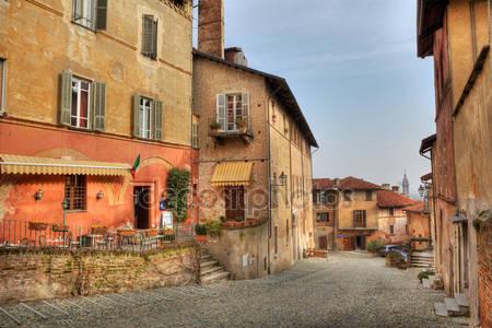 Старые разноцветные дома в салуццо