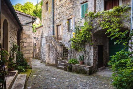 Весенние улицы старого города тосканы