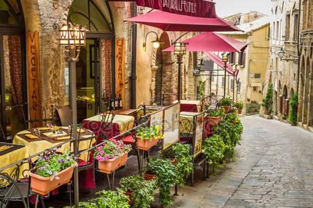 Старинные кафе на углу улиц старого города в италия