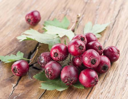 Плоды боярышника на деревянном столе